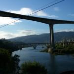 Im Vordergrund die neue Brücke der Fernstraße, hinten die alte Strassenbrücke bei Peso